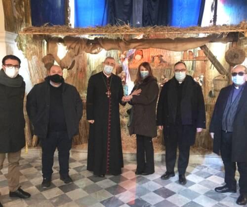 Natale 2020, la statuina dell'infermiera donata a Mons. Satriano per l'Arcidiocesi di Rossano-Cariati