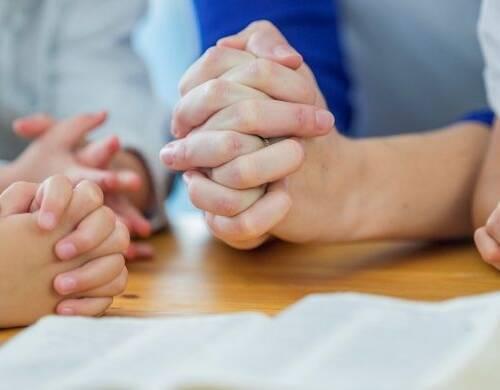 Preghiera  in famiglia  davanti  al presepe la notte di Natale